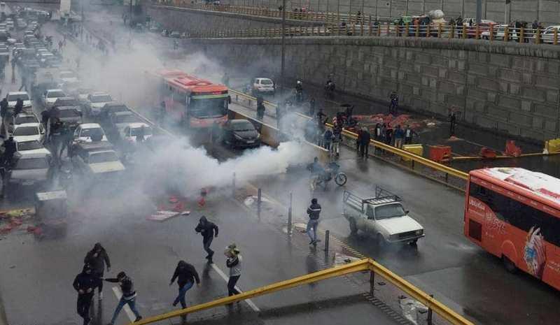 التظاهرات تجتاح إيران.. والأمن يقمعها...