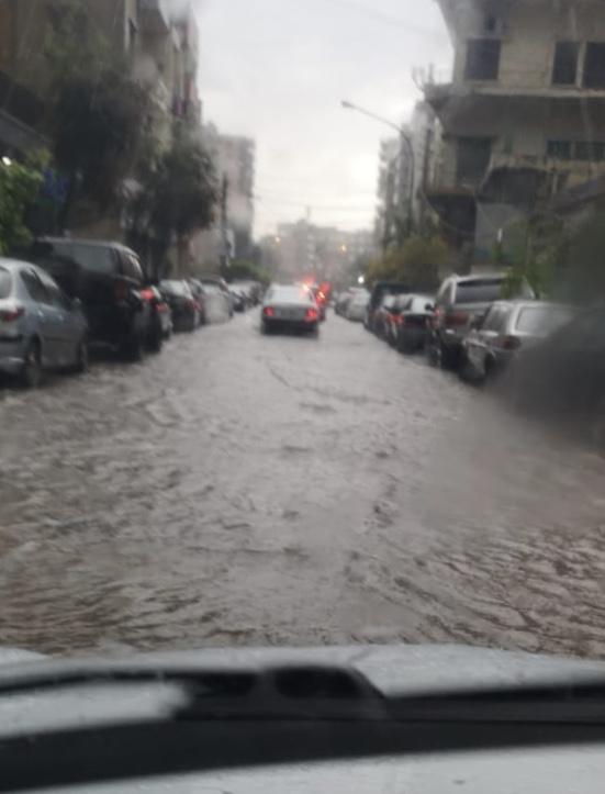 أمطار نيسان.. سيول تجتاح الطرقات (الصور...
