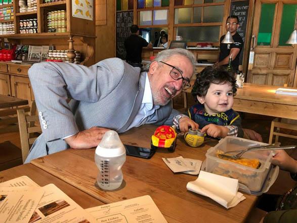 ساطع نور الدين مع حفيده في مطعم بدبي