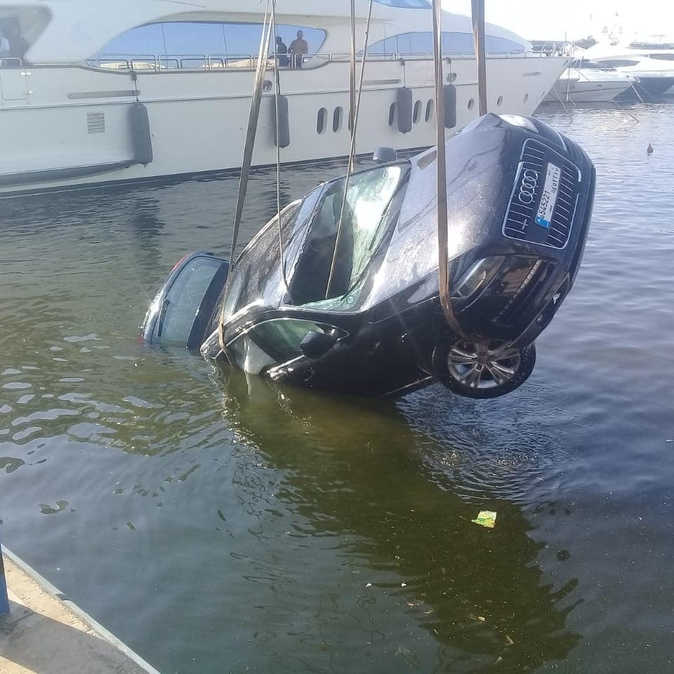 انتشال سيارة من المياه في ضبية (الصور...