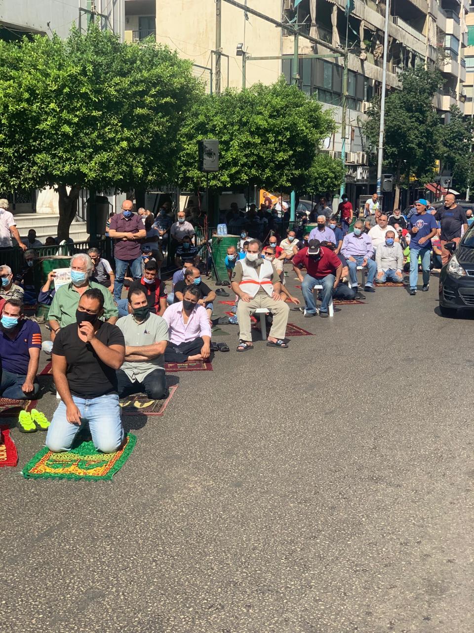 أهالي مسجد سليم سلام يصلّون في الطريق